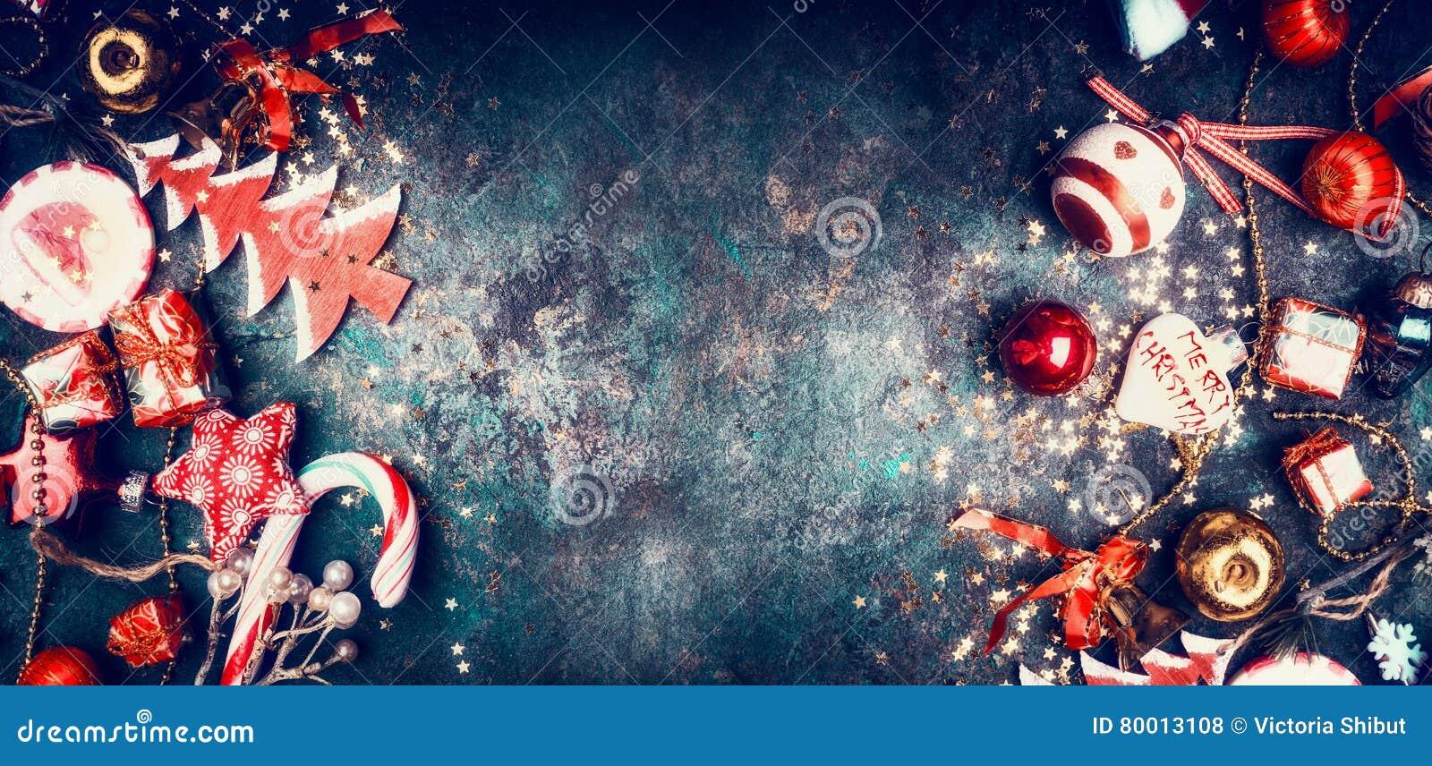圣诞节与甜点和红色假日装饰的葡萄酒背景:圣诞老人帽子,树,星,球,顶视图