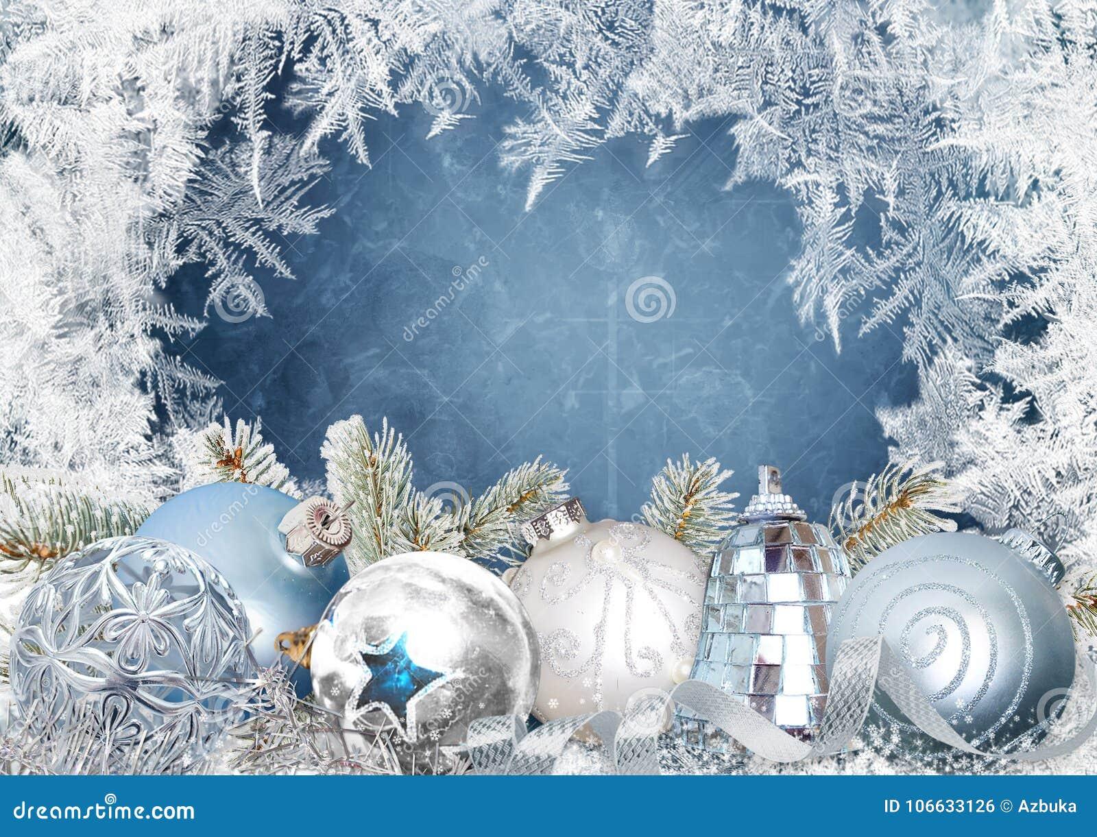 圣诞节与美丽的球的贺卡在与冷淡的样式的蓝色多雪的背景