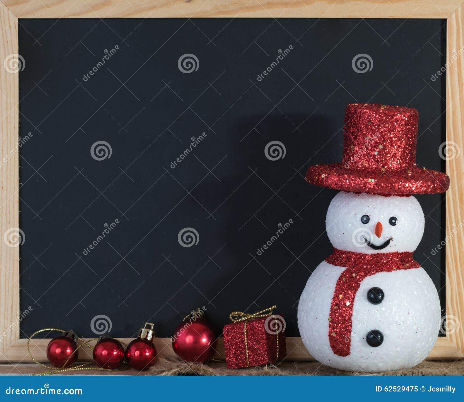 圣诞节与雪人和红色礼物盒的黑板装饰