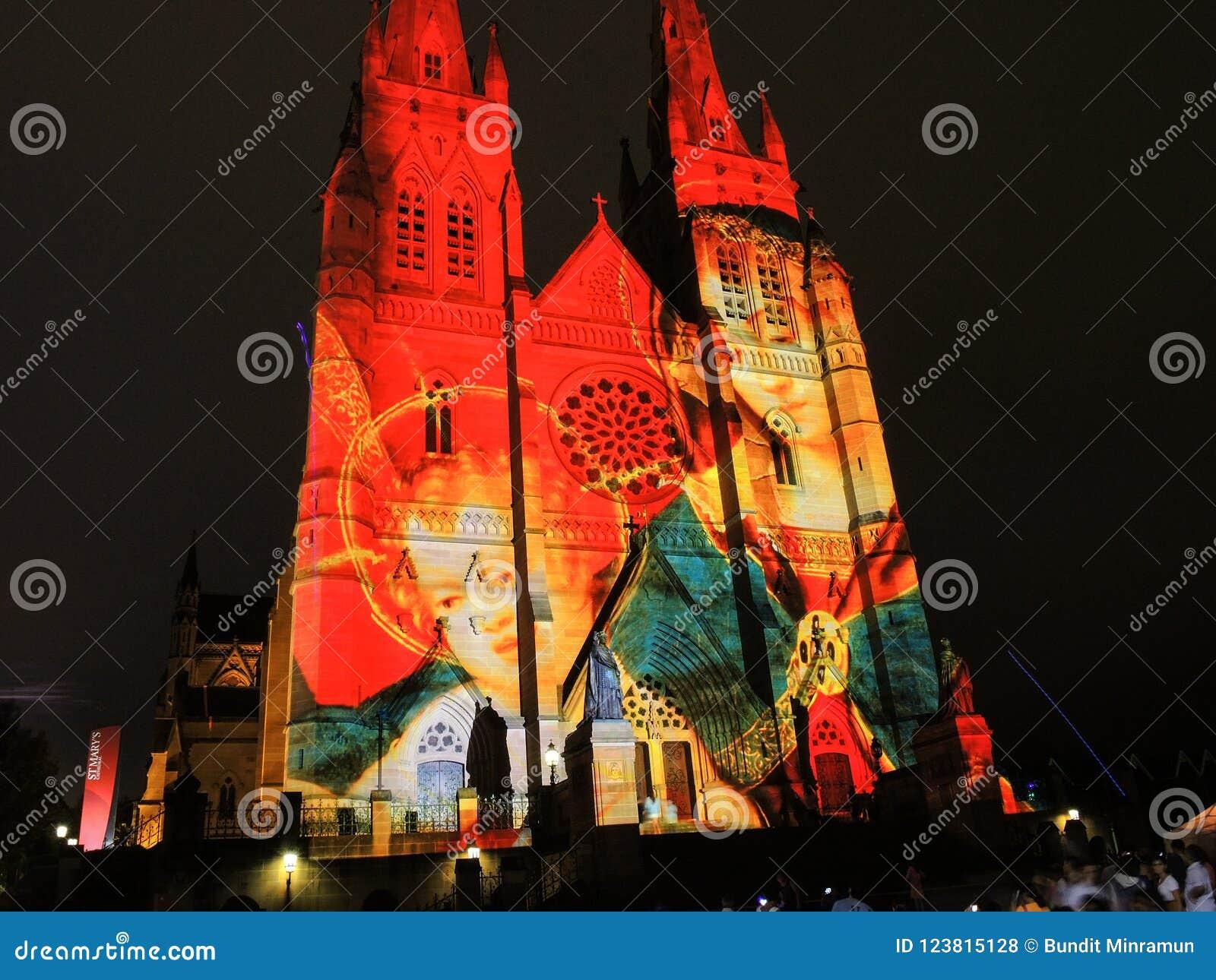 圣诞节光是年会由在圣玛丽` s大教堂教会的投射照明设备讲我们关于耶稣的故事