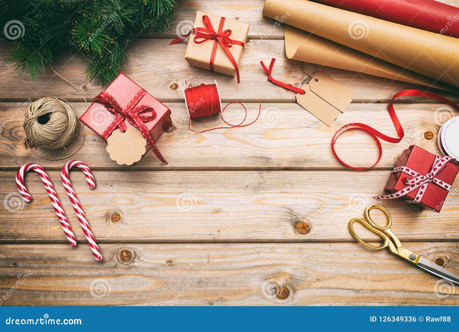 圣诞节包裹在木背景,拷贝空间,顶视图的礼物盒