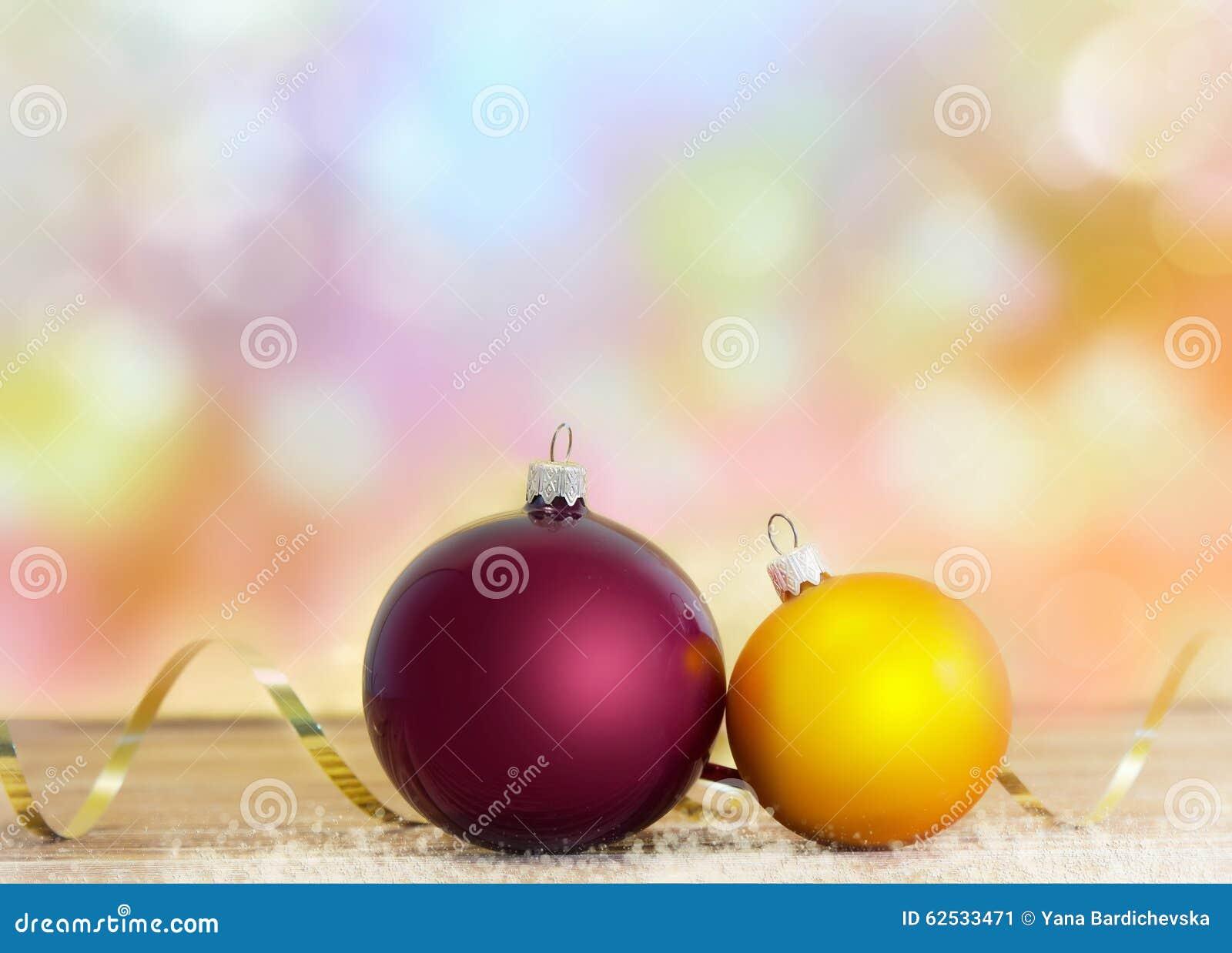 圣诞节在木背景的假日球与空间