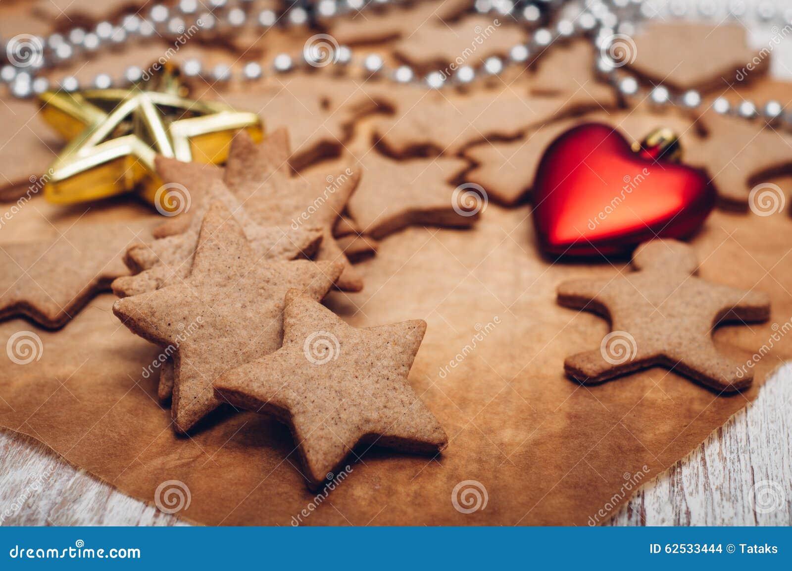 圣诞节在木背景的姜曲奇饼