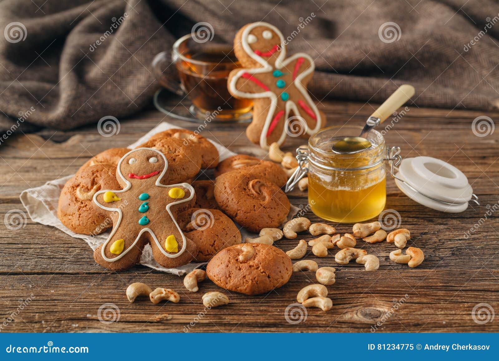 圣诞节在板材和茶对待在格子花呢披肩特写镜头的