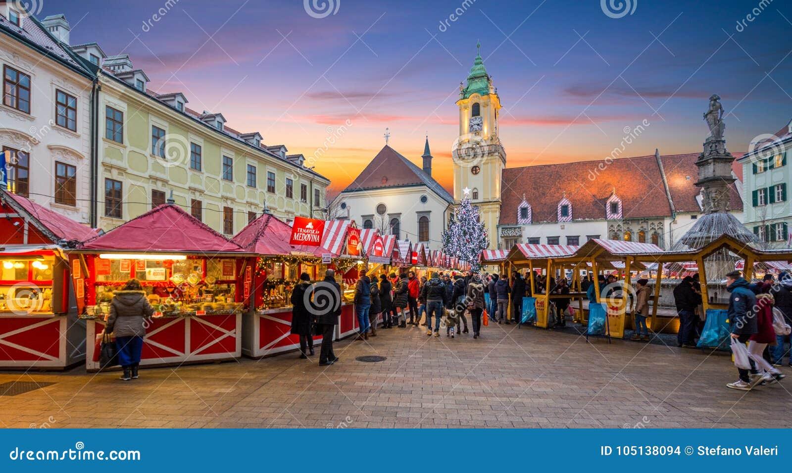 圣诞节市场在日落的布拉索夫大广场,斯洛伐克