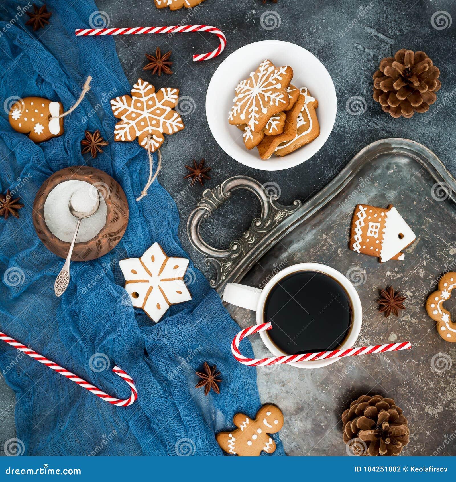 圣诞节或新年早餐姜饼、棒棒糖和咖啡杯在黑暗的背景 平的位置 顶视图