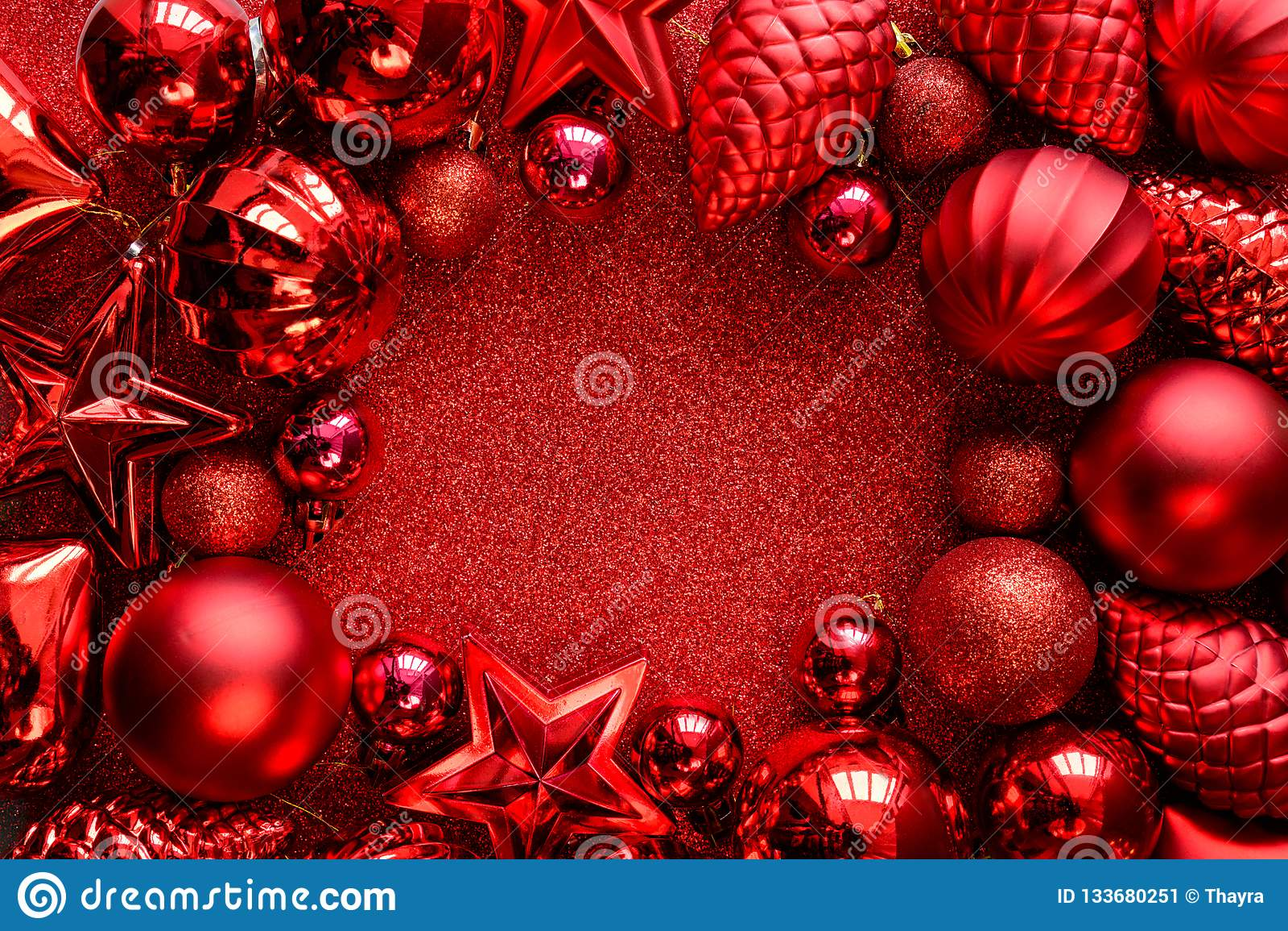 圣诞节框架红色 圣诞节球、星、锥体和心脏在红色闪闪发光背景 平的位置 顶视图