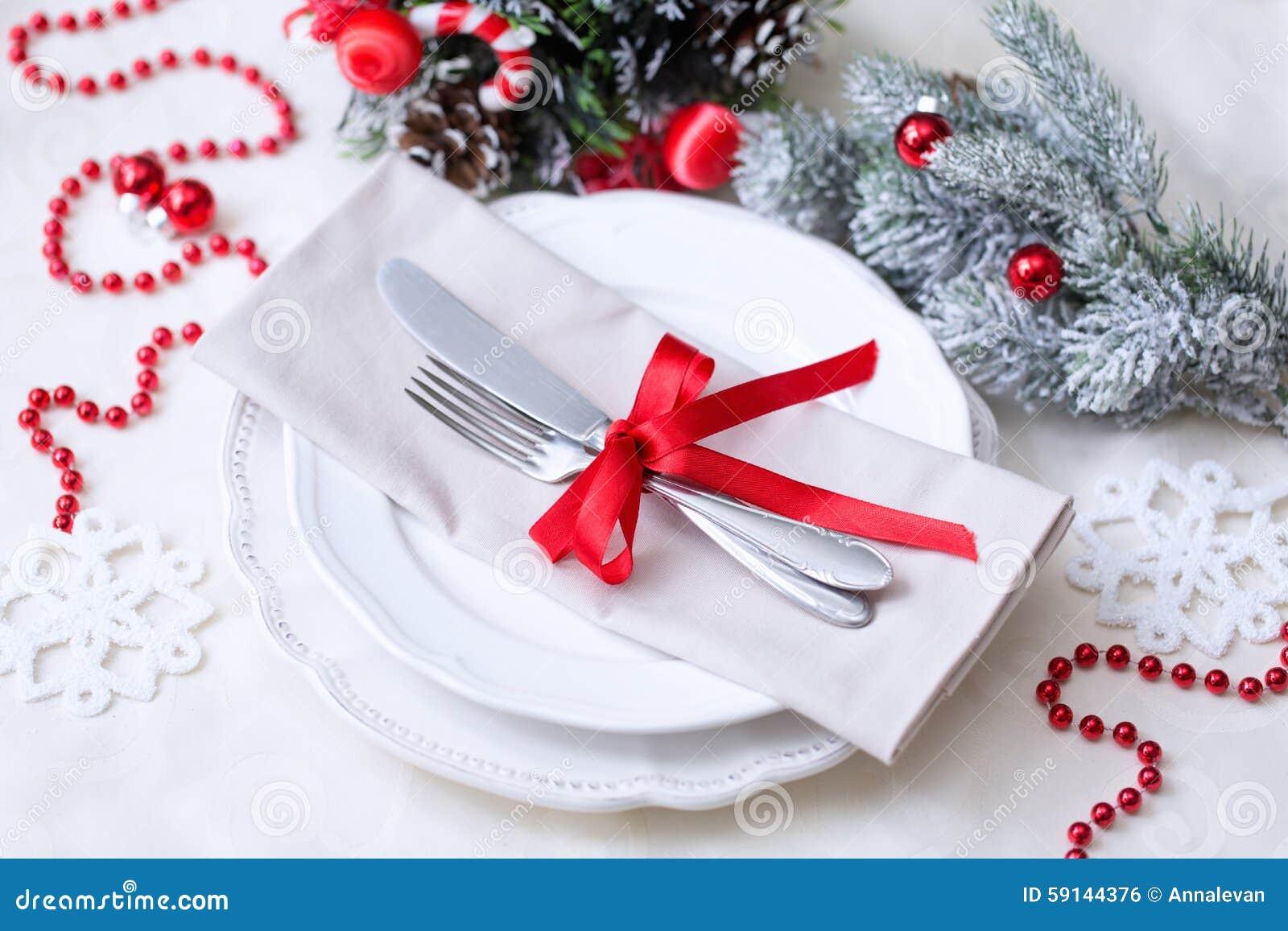 圣诞节桌在红色和白色的餐位餐具