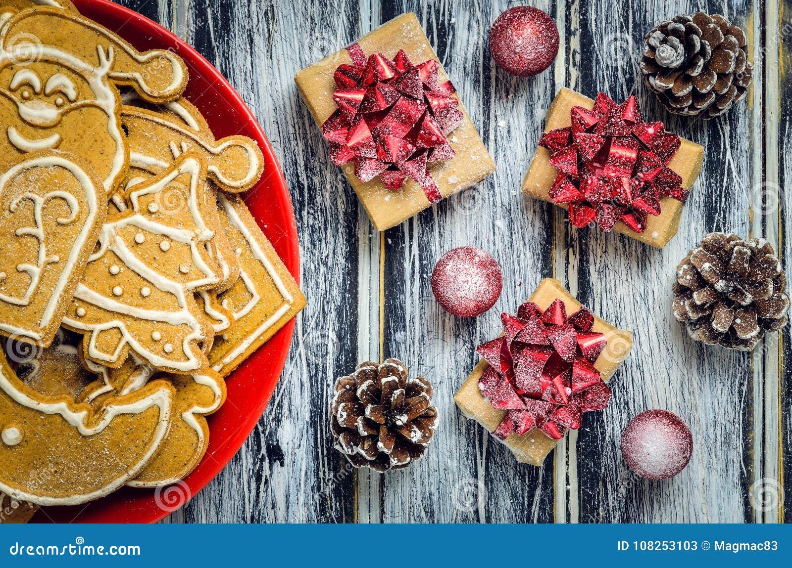 圣诞节概念用姜饼、礼物和雪