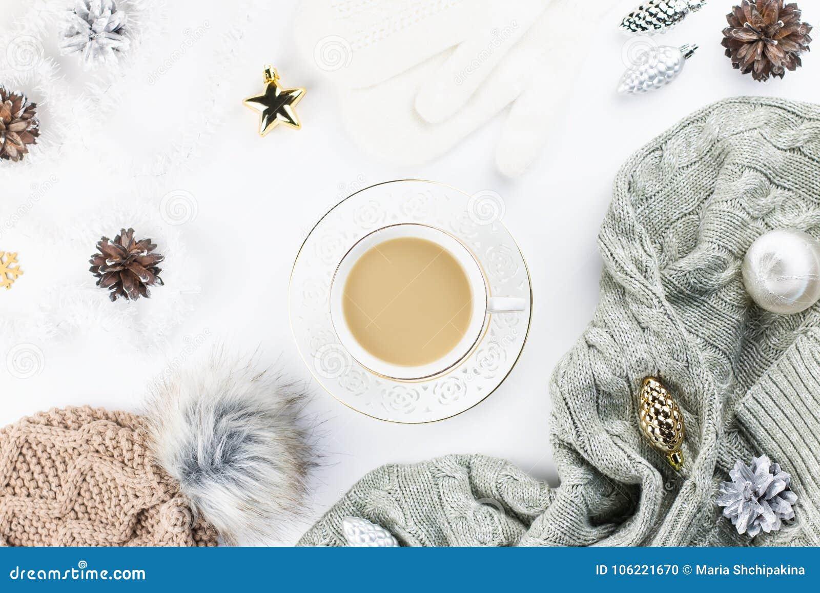 圣诞节概念舱内甲板位置 在白色背景的温暖,舒适冬天衣物和圣诞节装饰框架