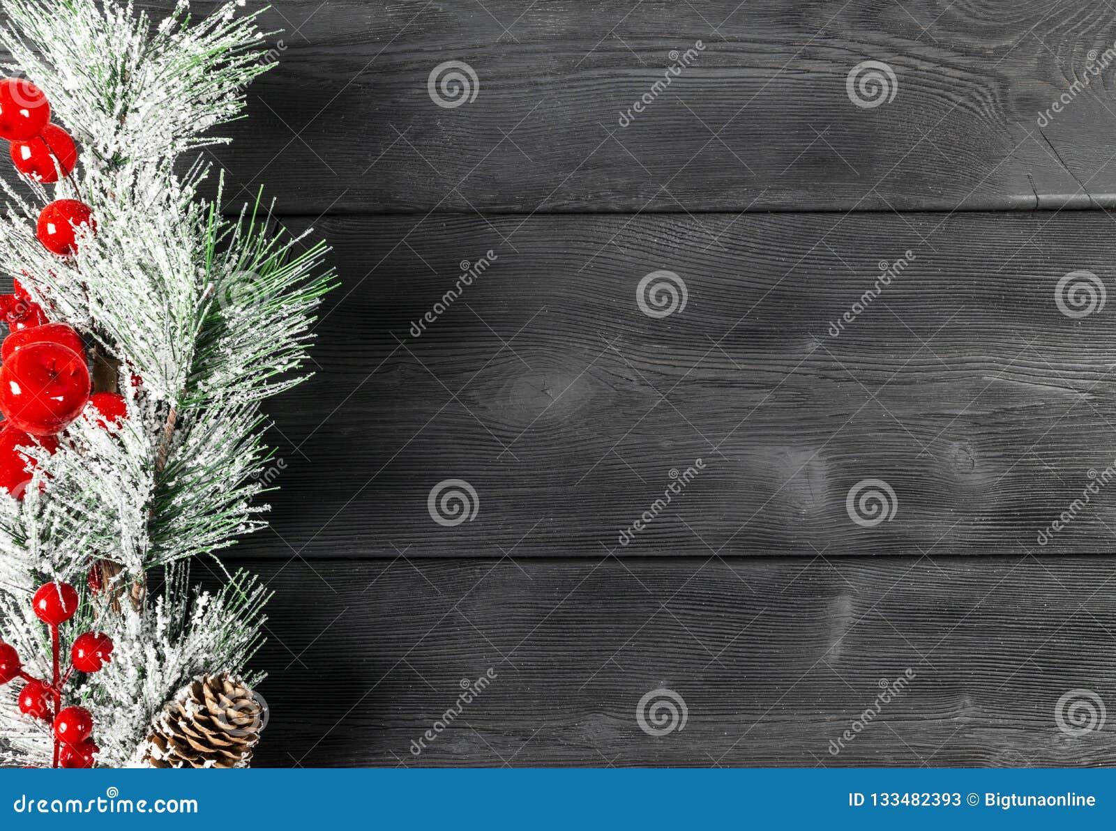 圣诞节概念 圣诞节与装饰的杉树在土气葡萄酒板 杉木分支 冷杉球果 在木头的雪 Xmas和Ha