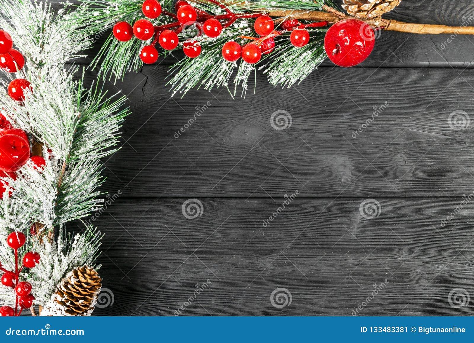 圣诞节概念 圣诞节与装饰的杉树在土气葡萄酒板 杉木分支 背景锥体冷杉查出的白色 在木头的雪 Xmas和机会