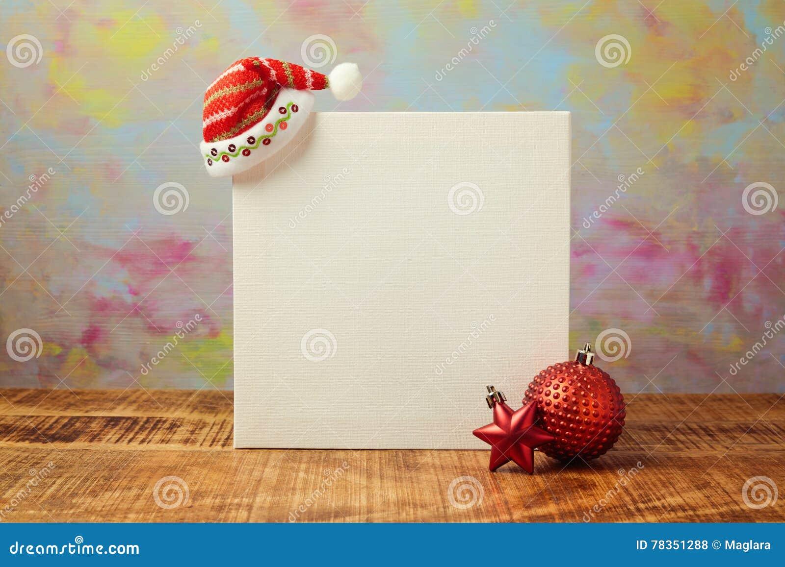 圣诞节模板设计的海报嘲笑与圣诞老人帽子和装饰