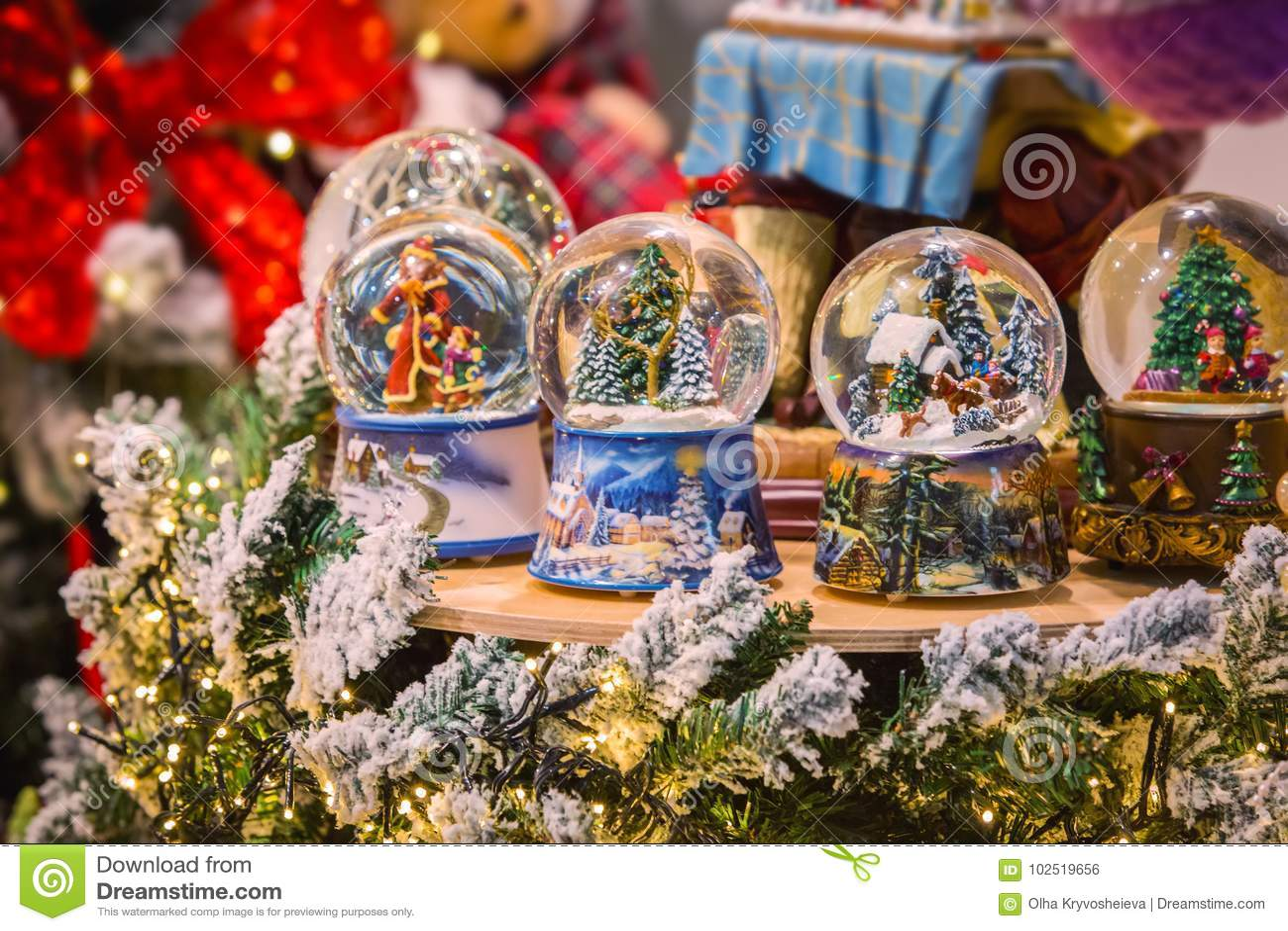 圣诞节玻璃雪球地球与新年戏弄装饰