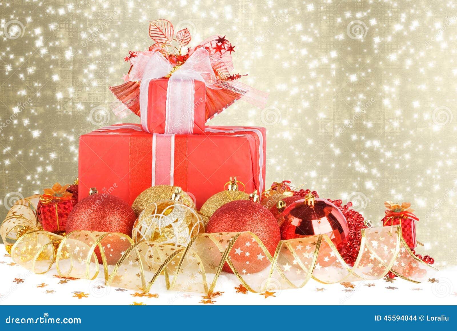 圣诞节礼物和球与金丝带 库存照片 图片 包括有 装饰 圣诞节 祝贺 庆祝 节假日 棚车 丝带 45594044