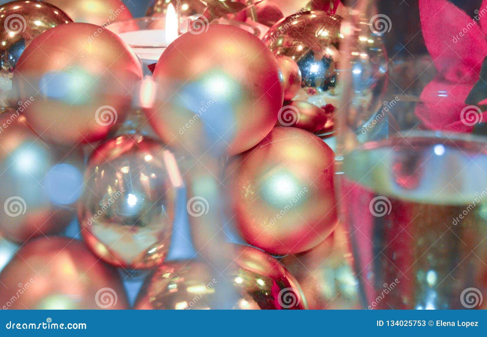 圣诞节装饰蜡烛和香槟