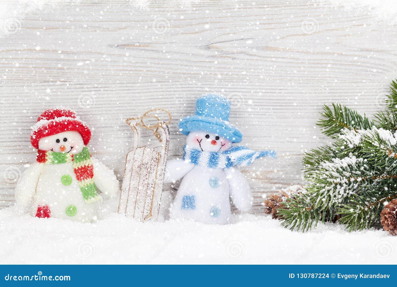 圣诞节雪人玩具、装饰和杉树分支