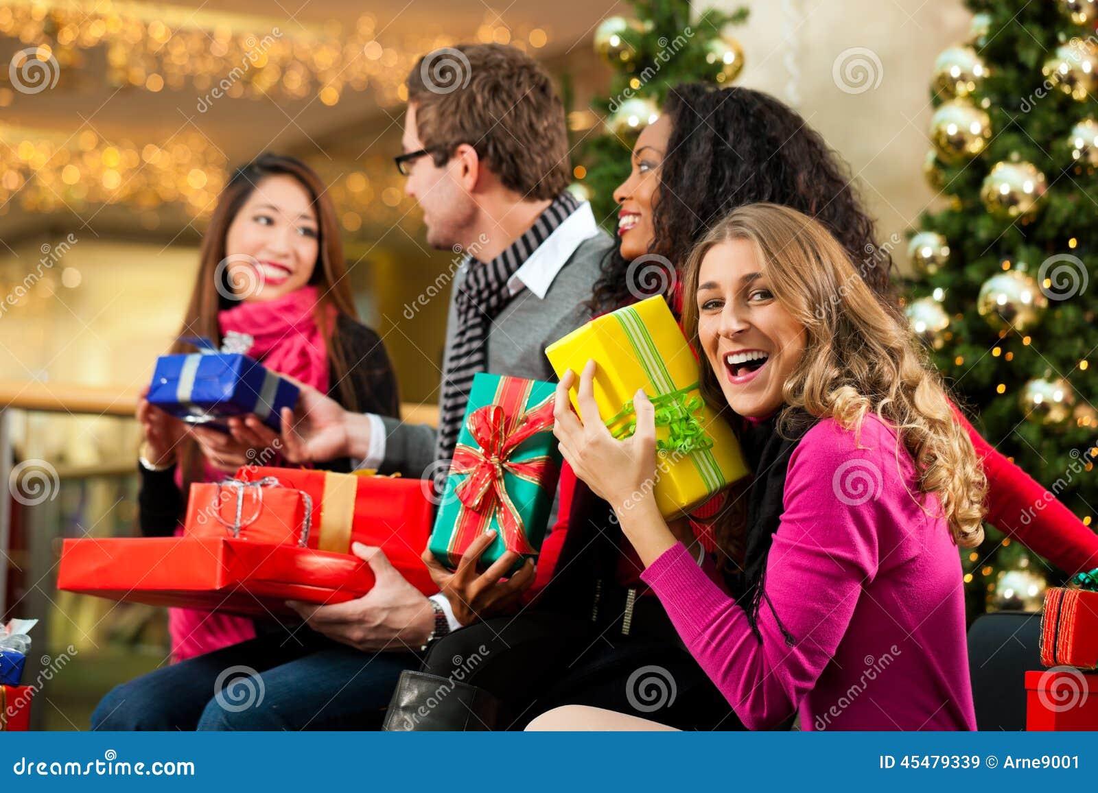 圣诞节购物-购物中心的朋友