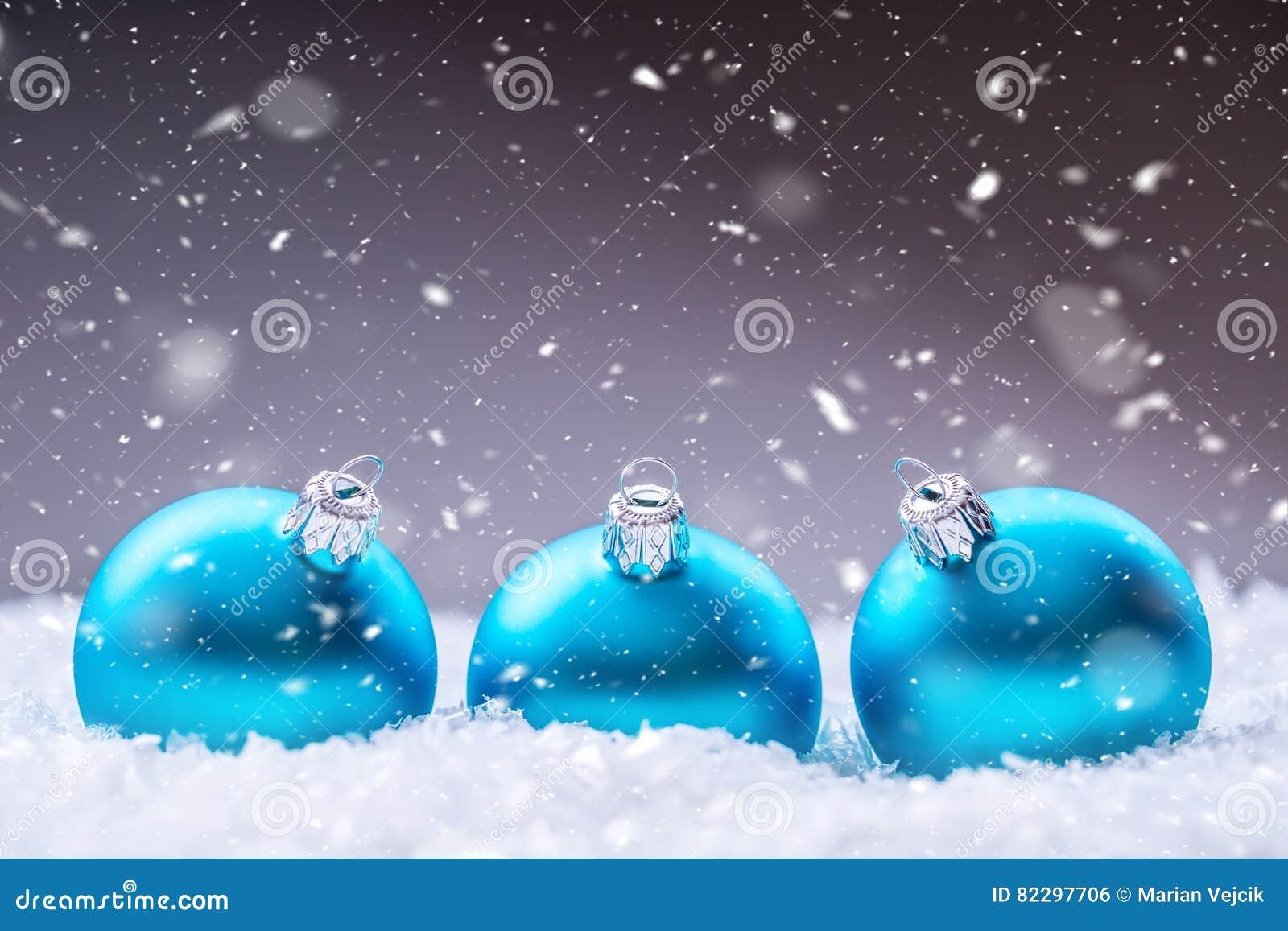 圣诞节 背景圣诞节关闭红色时间 在雪和多雪的抽象场面的蓝色圣诞节球