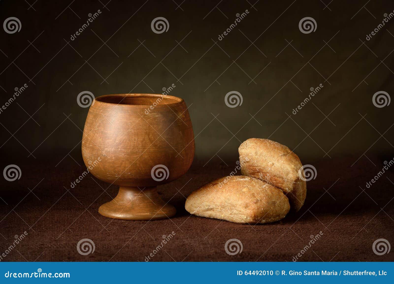 圣餐杯子和面包
