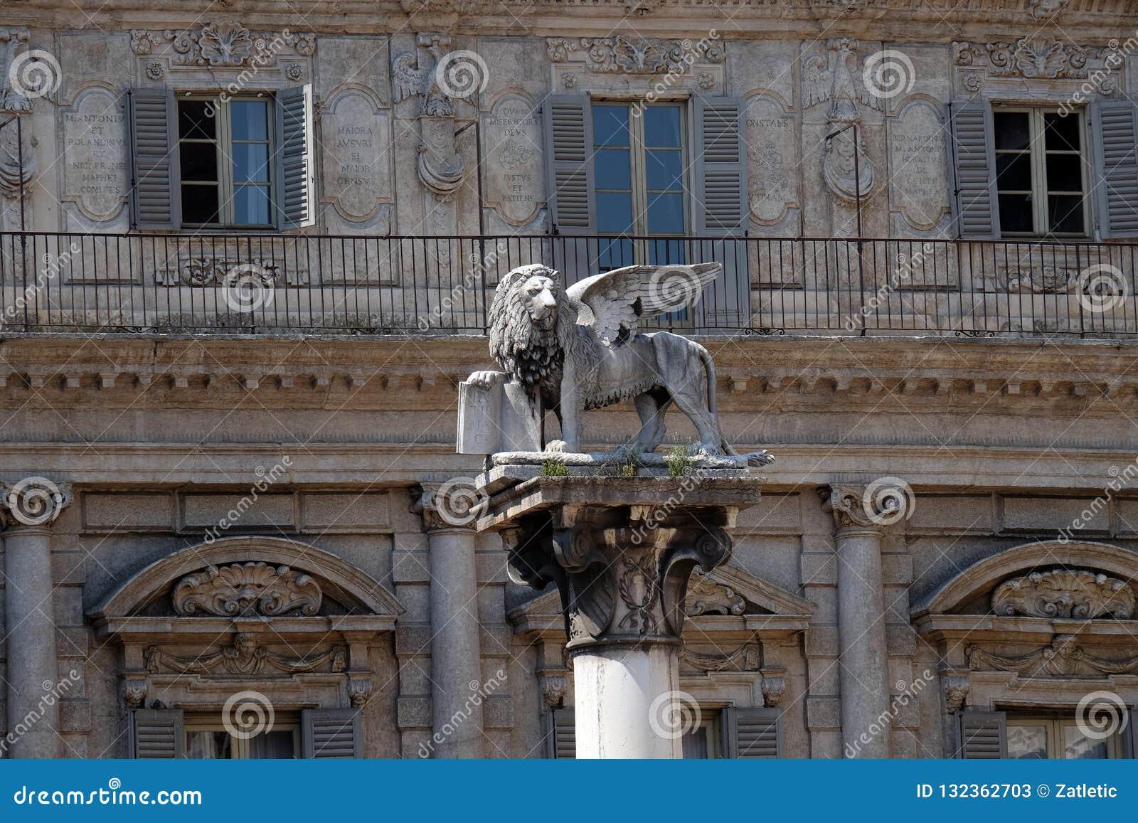 圣马克的狮子,威尼斯共和国的标志一根白色大理石柱的在百草广场在维罗纳