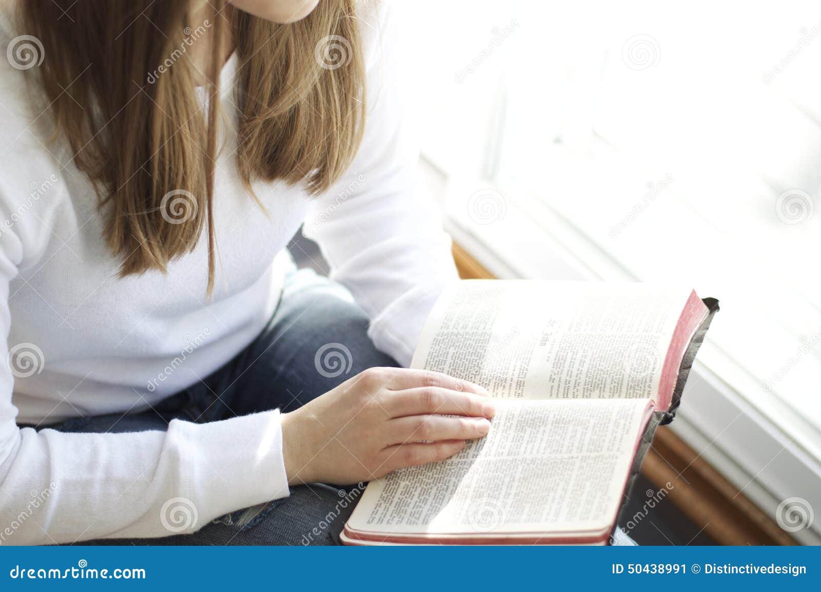 读圣经的少妇