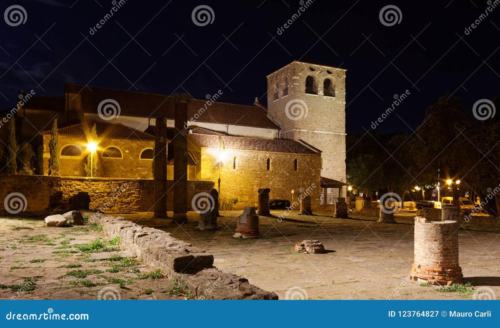 圣Giusto大教堂和罗马废墟在的里雅斯特在晚上