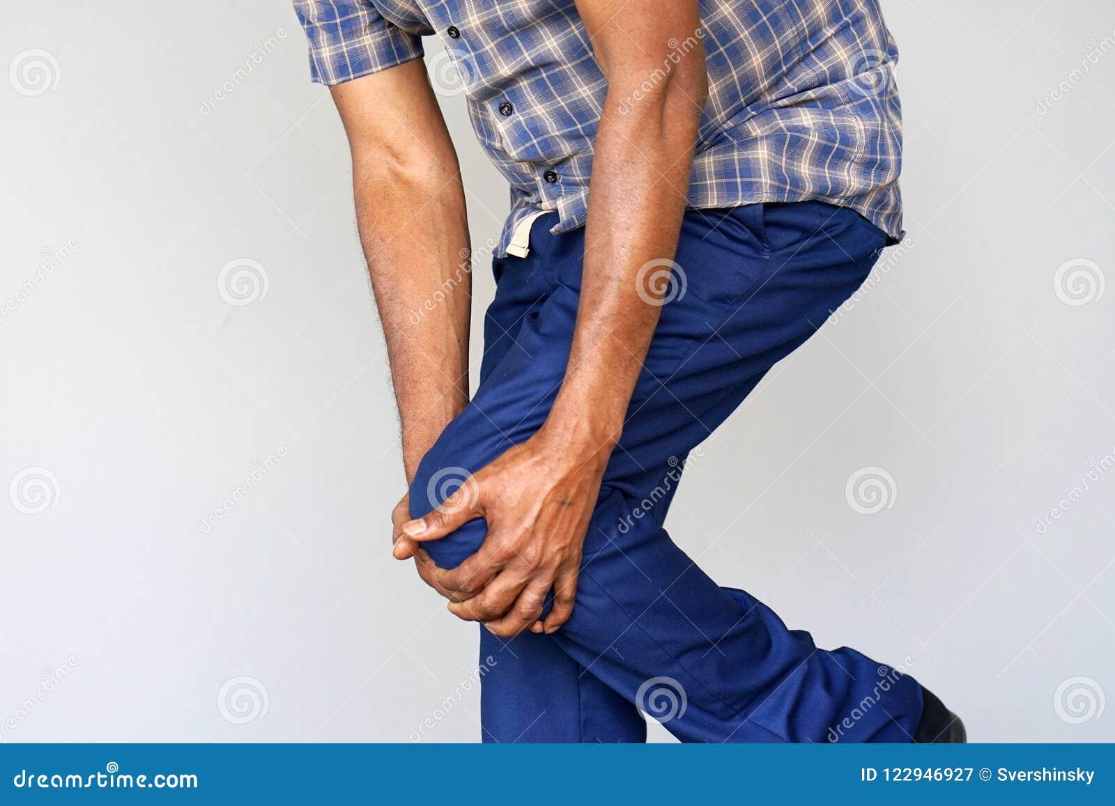 在一个人的膝盖的痛苦