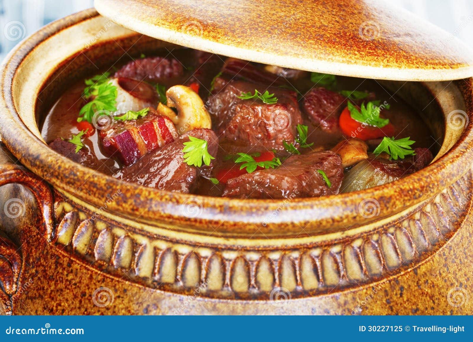 牛肉Bourguignnon炖煮的食物砂锅
