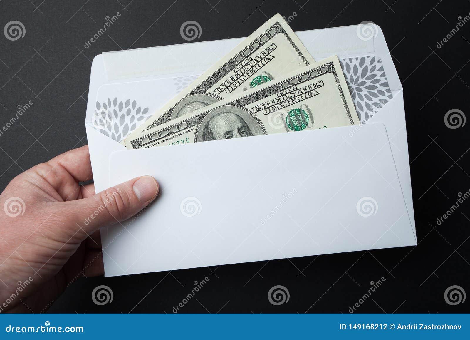 在一个信封的金钱在黑背景 100美金