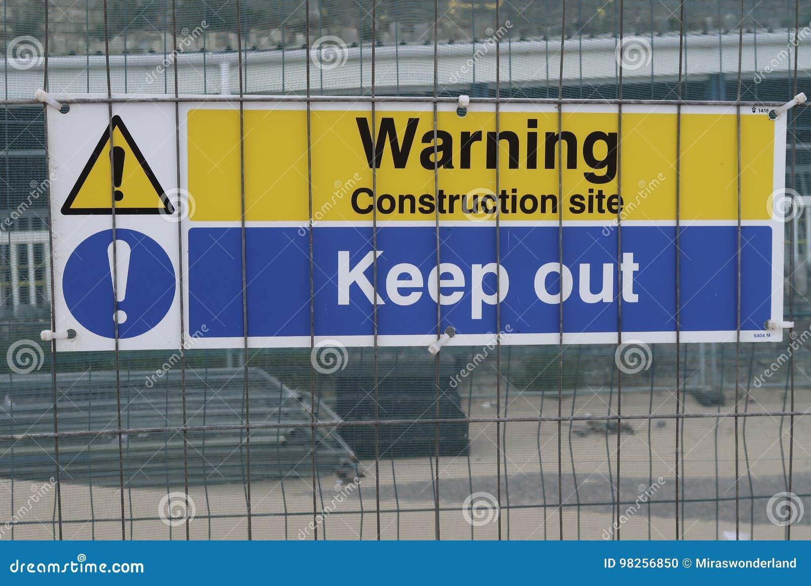 在一个修造的区域的一个标志与文本警告建造场所保持