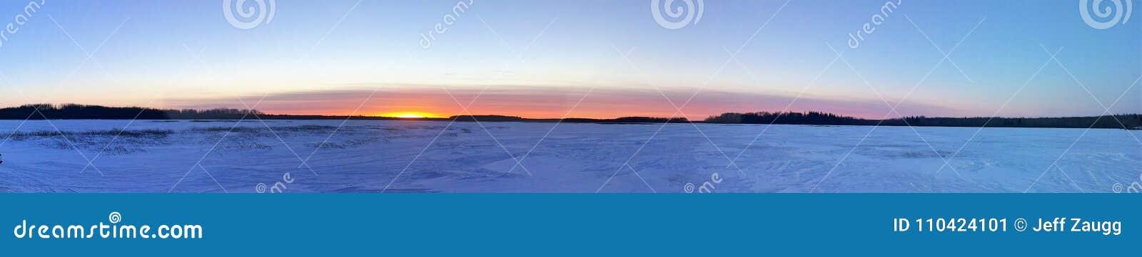 在一个冻冬天湖的日落