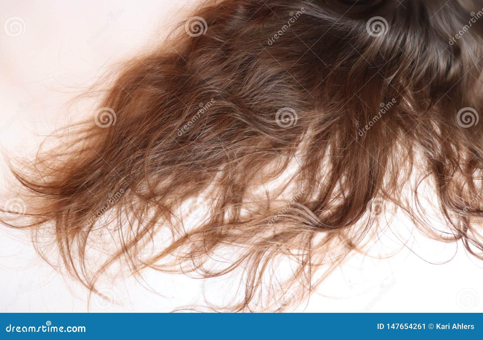 在一个十几岁的女孩的长的波浪棕色头发