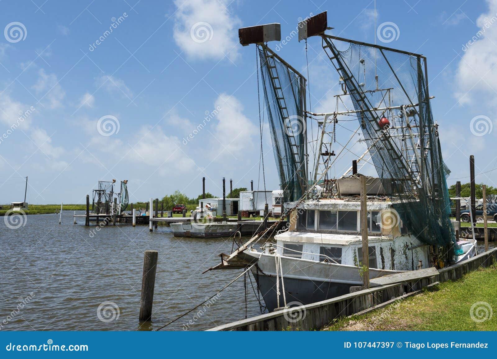 在一个口岸的老虾拖网渔船在查尔斯湖中银行路易斯安那州的