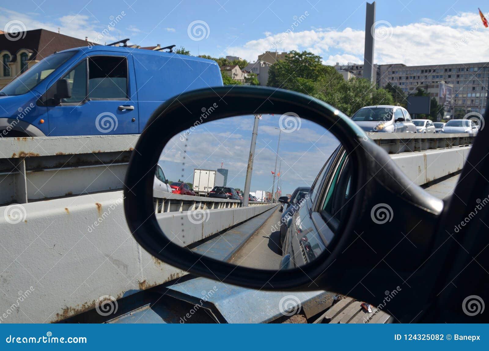 在一个后视镜的交通堵塞