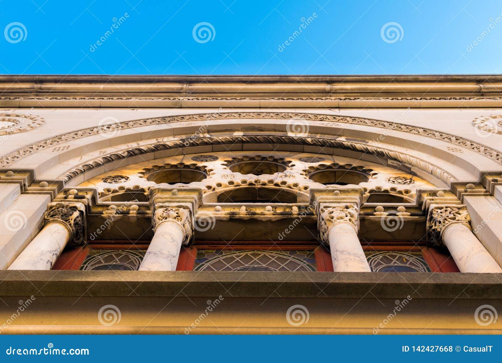 在一个小教会的外部的稀奇的建筑学在哈林,曼哈顿,纽约,NY,美国
