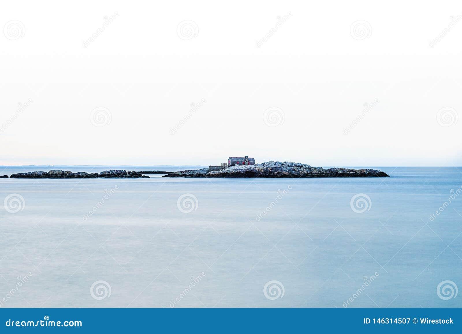 在一个小的岩质岛上建造的房子在海中间