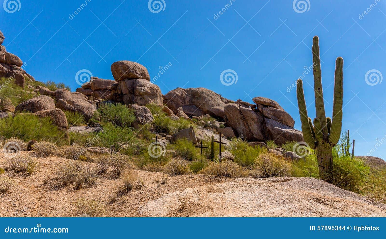 在一个山坡的三个十字架在沙漠