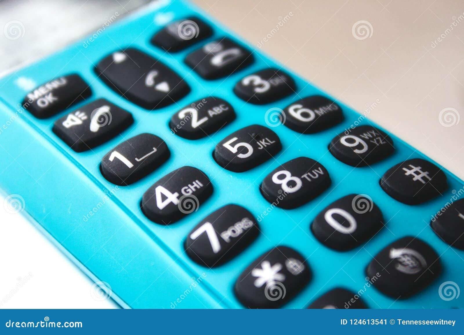 在一个手扶的电话的键盘的特写镜头