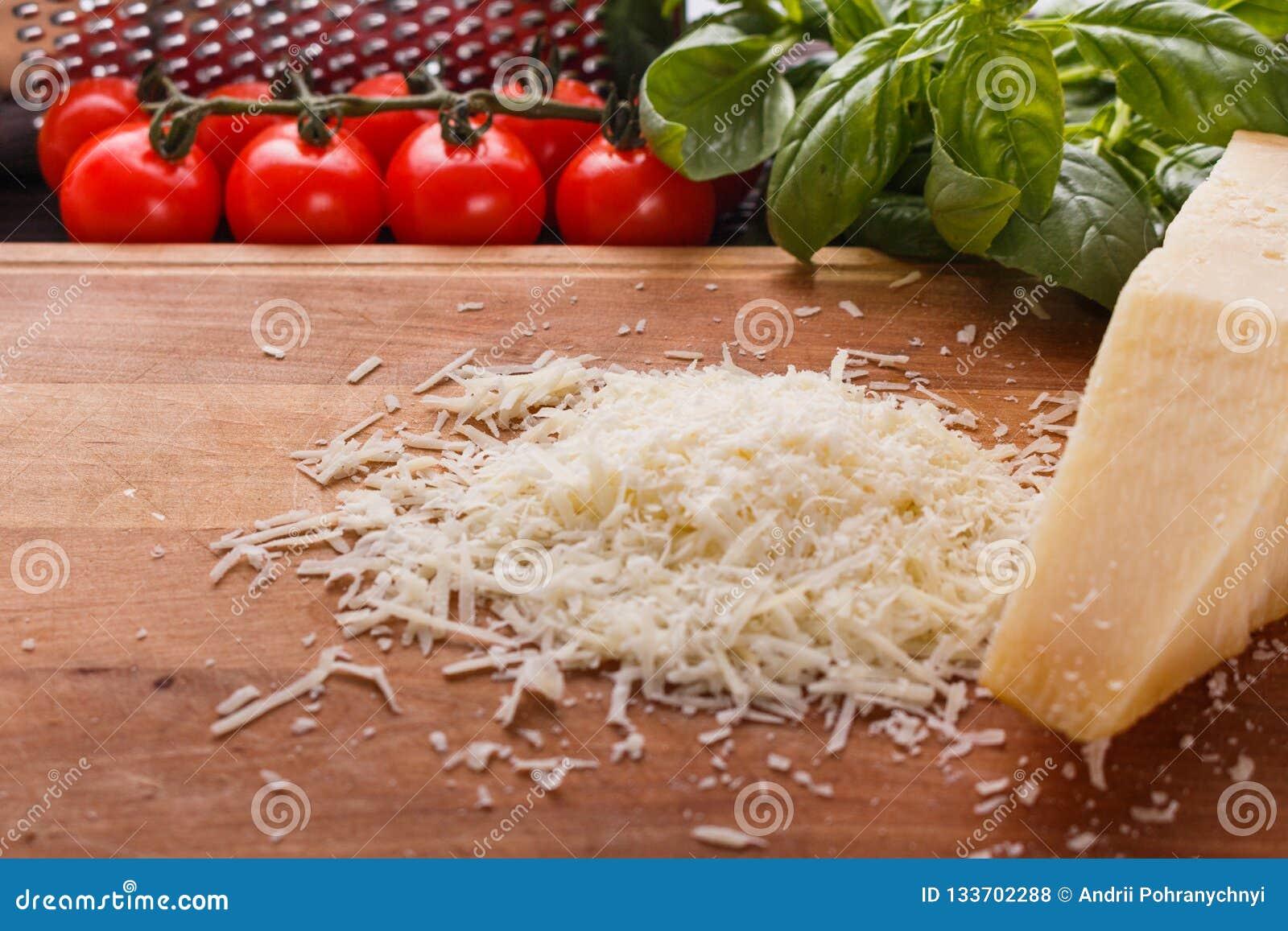 在一个木切的委员会的芬芳被磨碎的巴马干酪