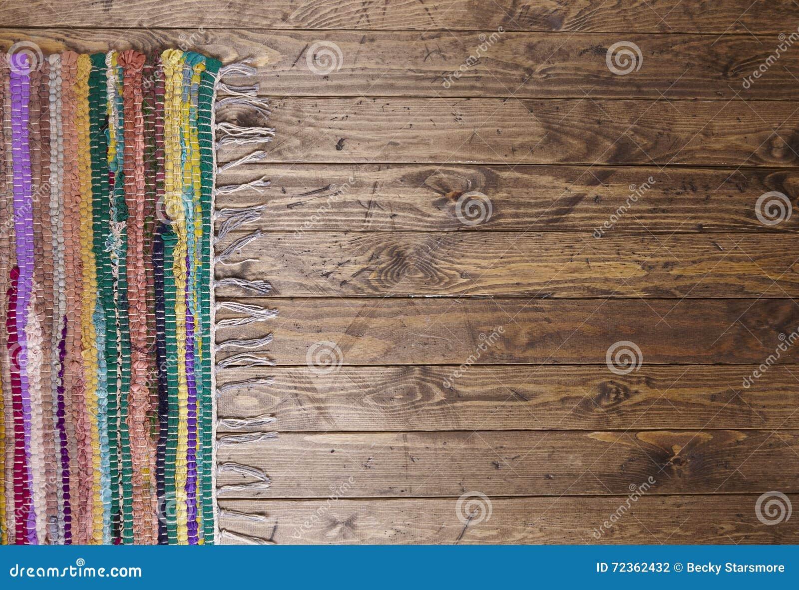 在一个木地板上的碎呢地毯