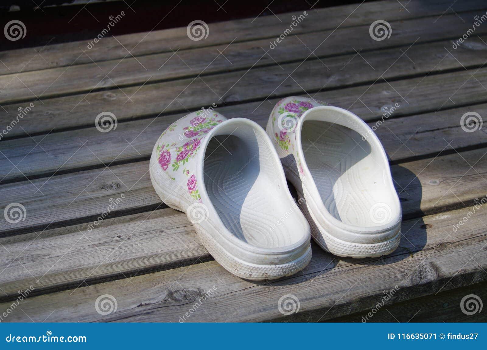 在一个木大阳台的庭院鞋子