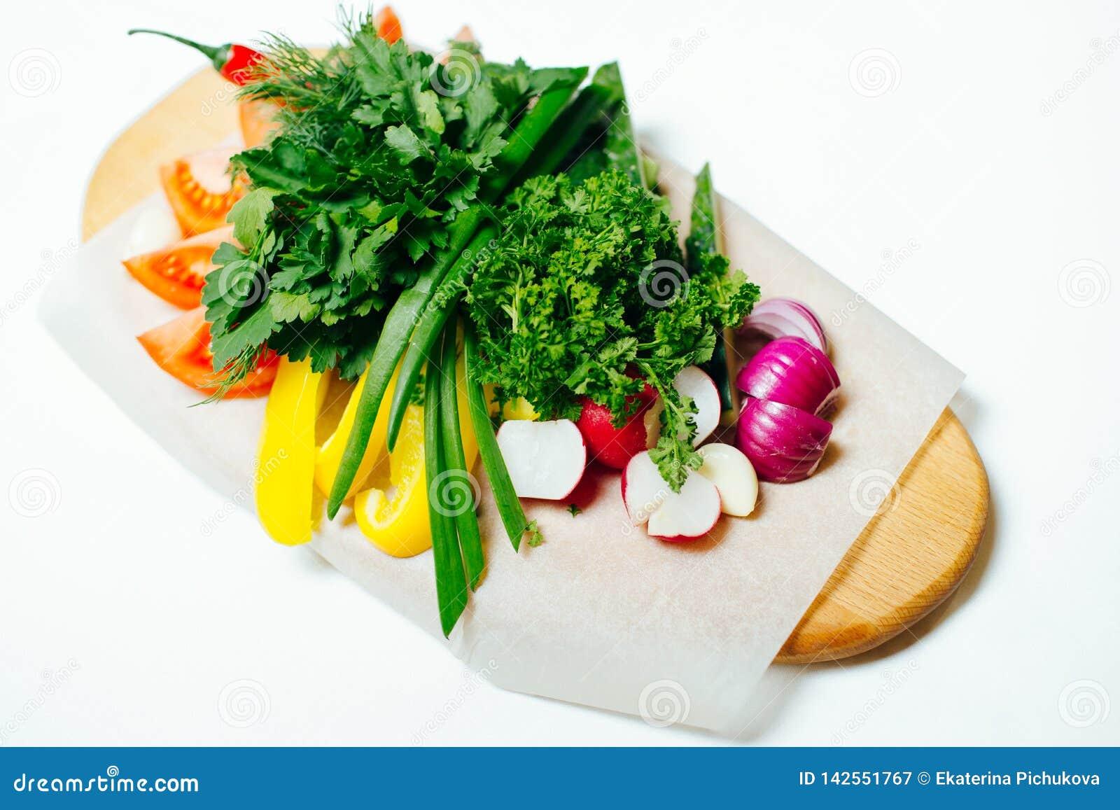 在一个木板的新鲜蔬菜