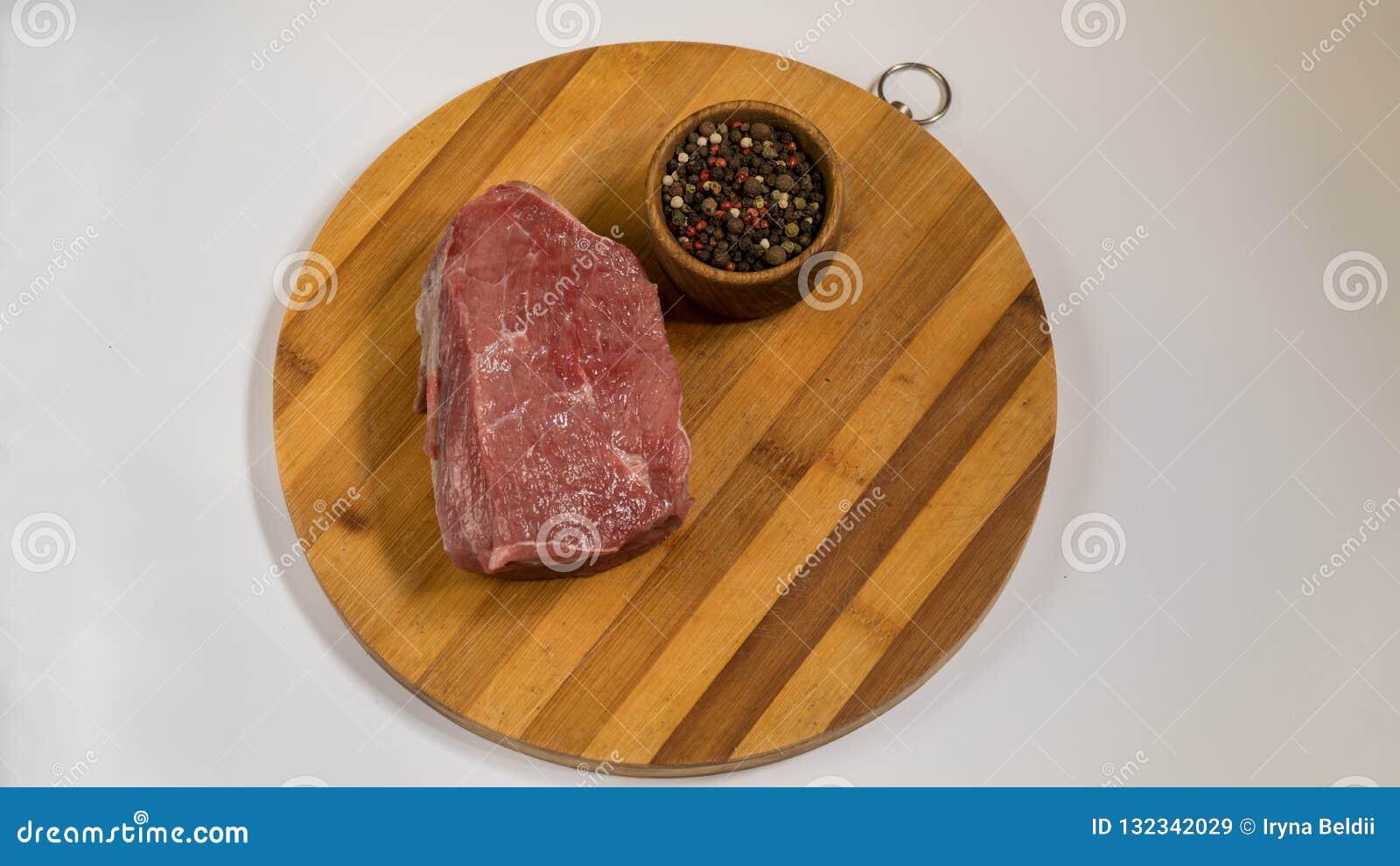 在一个木板的肉 香料和牛肉