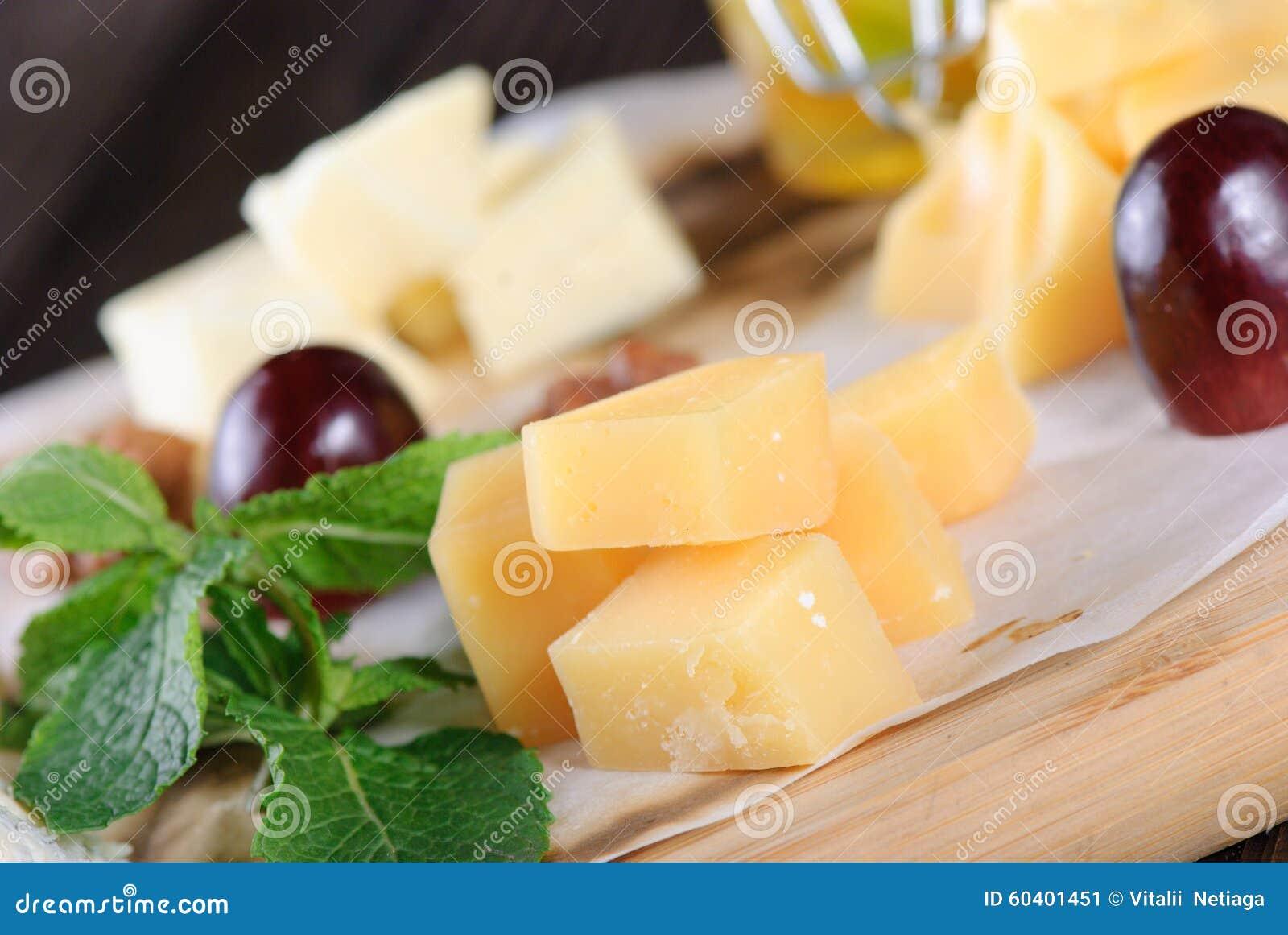 在一个木板的被分类的乳酪
