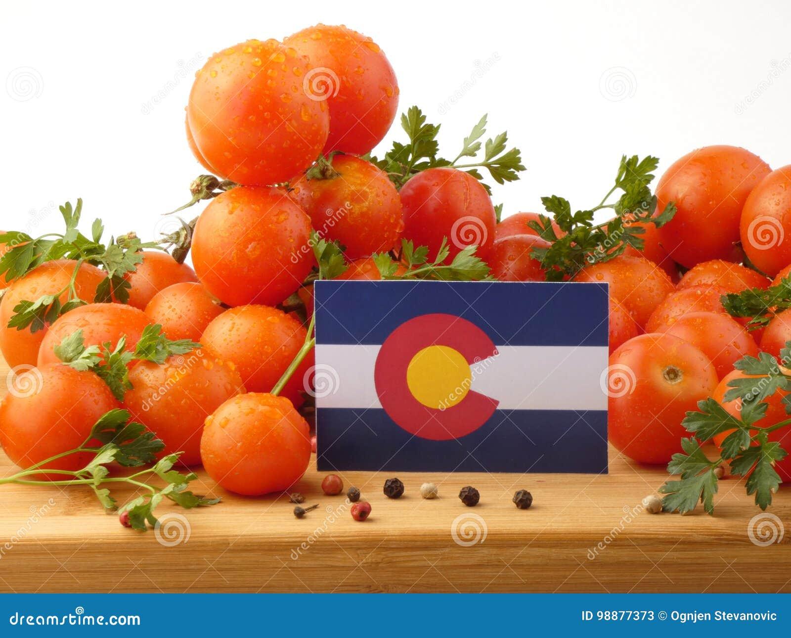 在一个木盘区的科罗拉多旗子用在丝毫隔绝的蕃茄