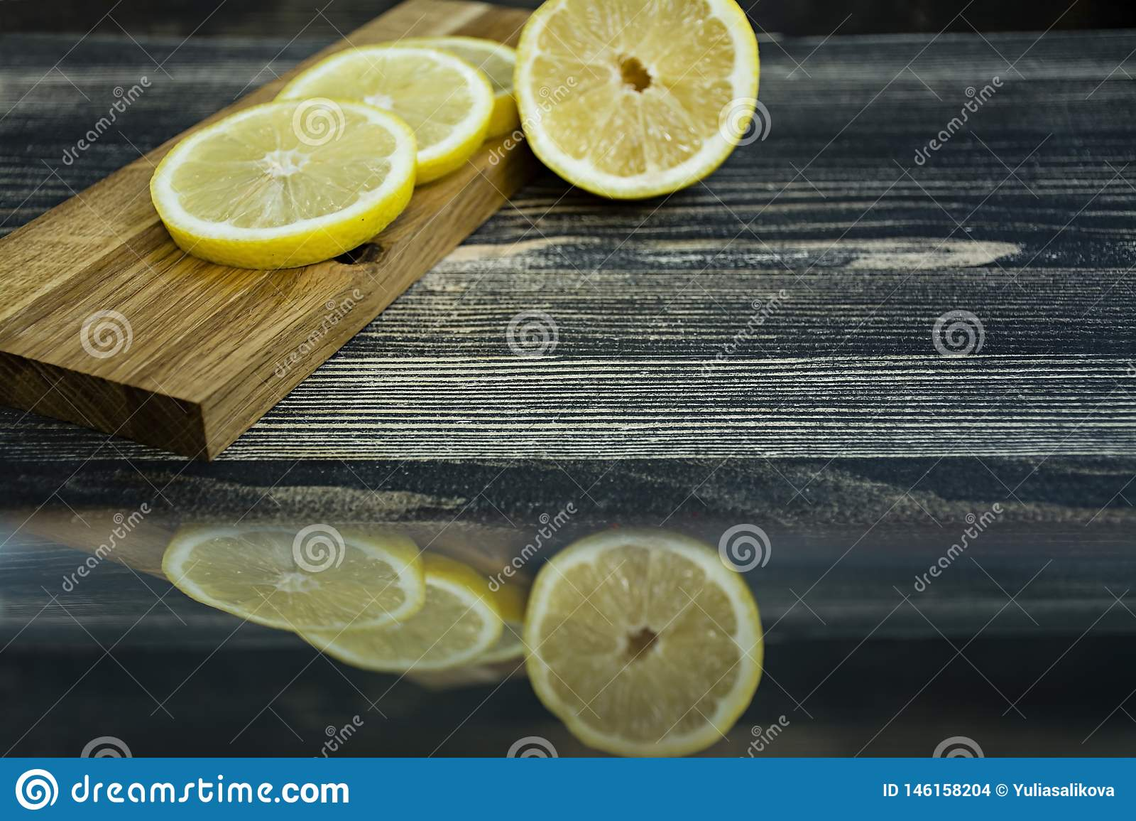 在一个木立场的柠檬切片