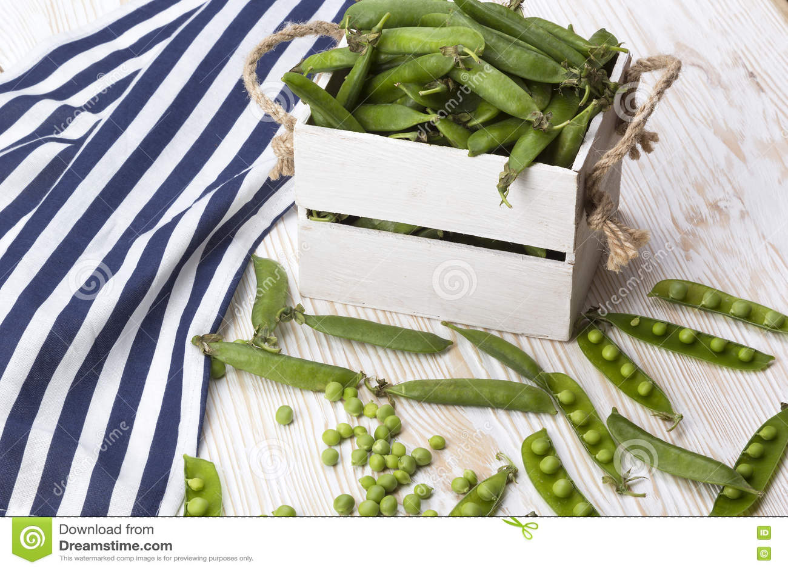 在一个木箱的绿豆