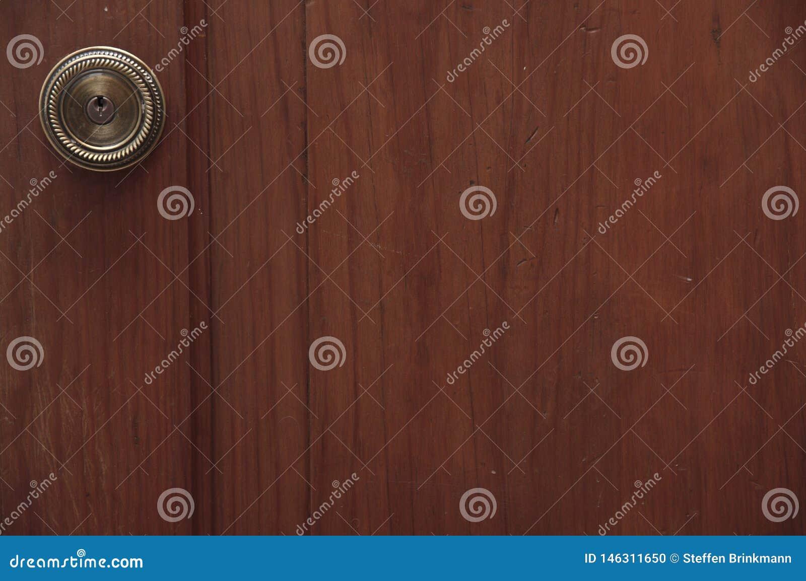 在一个木门的古铜色门把手