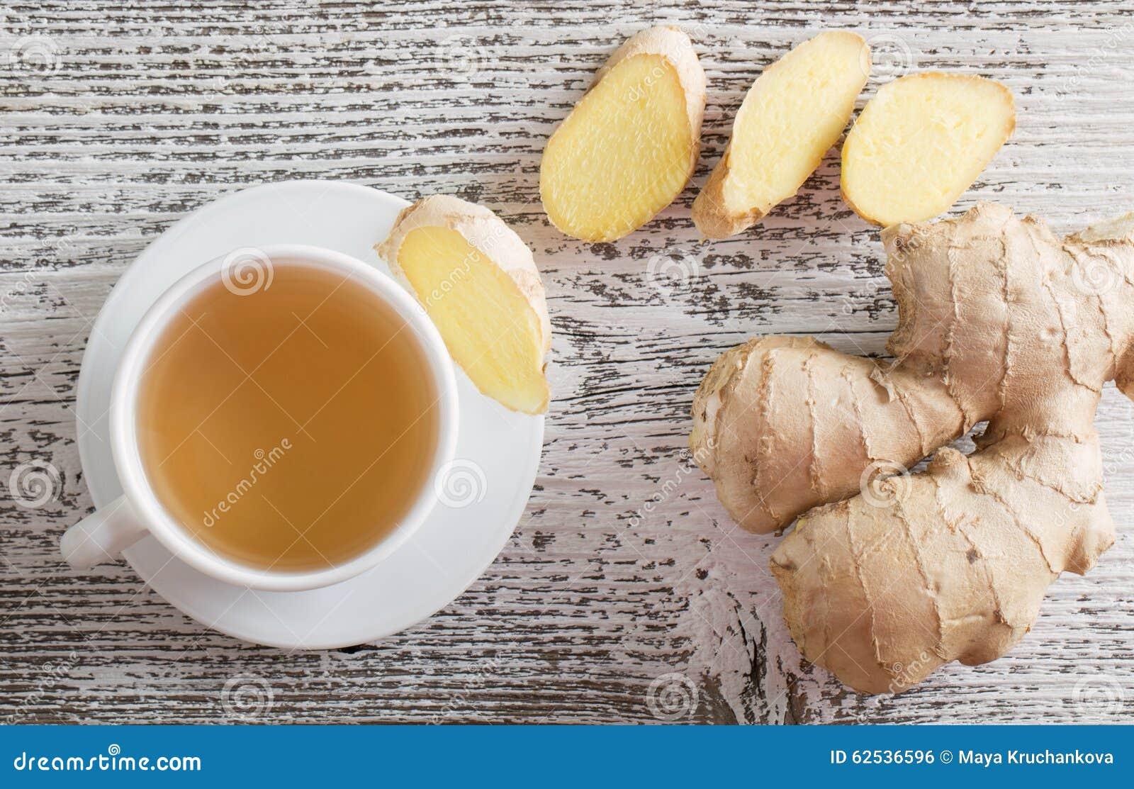 在一个杯子的姜茶在木背景